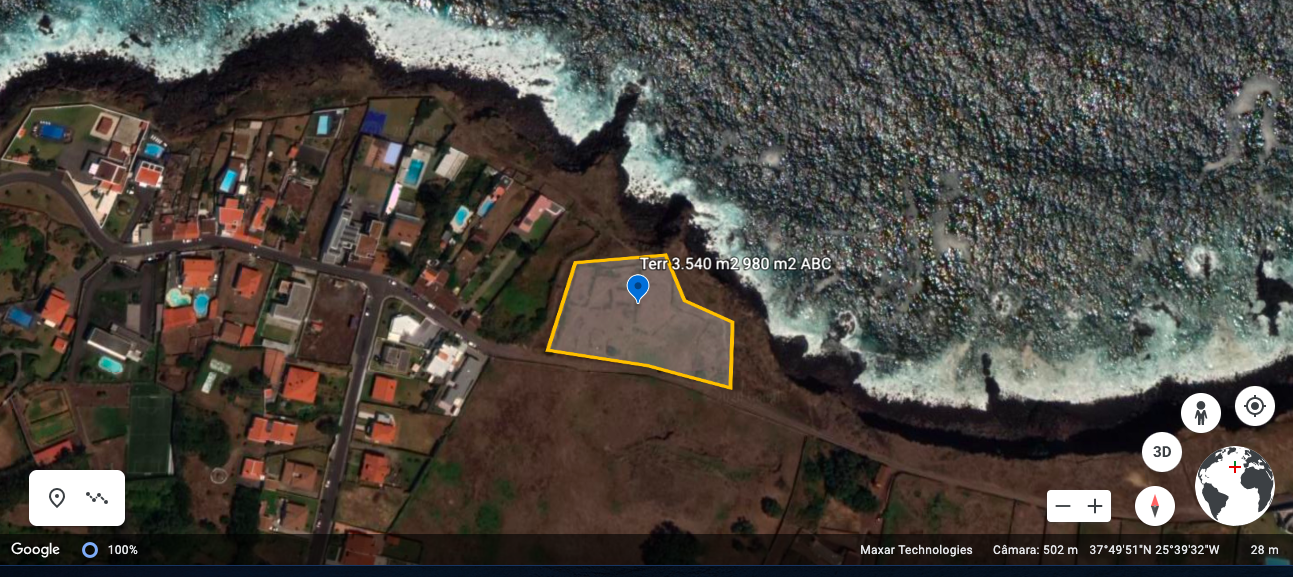 Land with 3540 m2 located by the sea, more than that, extends to the sea.