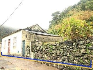 House in Faial da Terra parish, 12.5 meters in front of the land, 6.8 m in front of the house